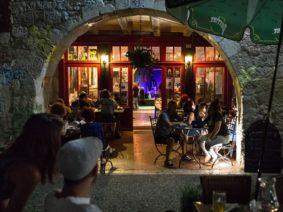 APÉROS CONCERTS SOUS LES ARCADES #Lauzerte @ Café Musical Le Puits du Jour